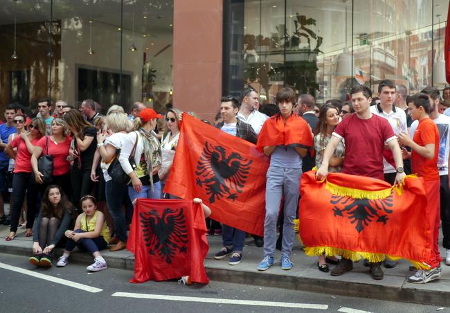 Foto nga arkivi: Shqiptare duke protestuar ne Londer.